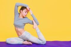 Het jonge yoginivrouw uitrekken zich Royalty-vrije Stock Fotografie
