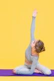 Het jonge yoginivrouw uitrekken zich Stock Afbeeldingen