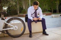 Het jonge zakenman berijden aan het werk in de stad royalty-vrije stock afbeeldingen