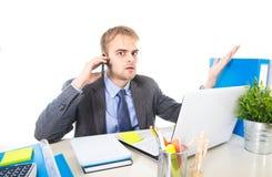Het jonge zakenman ongerust gemaakte vermoeide spreken op mobiele telefoon in bureau die aan spanning lijden royalty-vrije stock fotografie