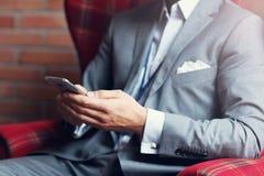Het jonge zakenman texting op een smartphone Stock Afbeeldingen