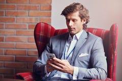 Het jonge zakenman texting op een smartphone Royalty-vrije Stock Foto