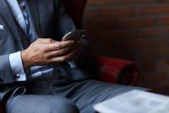 Het jonge zakenman texting op een smartphone Stock Foto