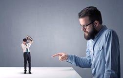 Het jonge zakenman vechten met miniatuurzakenman Stock Foto