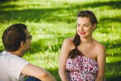 Het jonge Zwangere Glimlachen van de Vrouw Stock Afbeeldingen