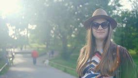 Het jonge zwangere vrouw lopen en geniet van haar vrije tijdsvrije tijd in een park de zomer Lichte lange kleding met patroon mid stock footage