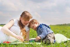 Het jonge zwangere vrouw spelen met haar zoon Royalty-vrije Stock Fotografie