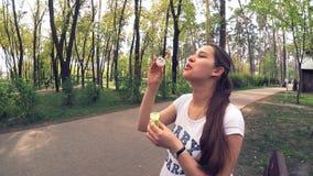 Het jonge zwangere vrouw spelen met zeepbels in het park, Kiev, de Oekraïne stock video
