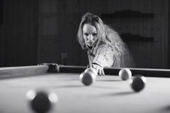 Het jonge zwart-witte biljart van het meisjesspel stock foto's