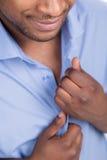 Het jonge zwarte mannetje knoopt overhemd los royalty-vrije stock afbeelding