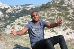 Het jonge zwarte mens openlucht glimlachen, royalty-vrije stock afbeeldingen