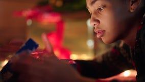 Het jonge zwarte opent huidig en wordt verstoord van de inhoud stock video