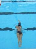 Het jonge Zwemmen van het Meisje Stock Foto