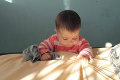 Het jongensspel met zonnestraal stock foto