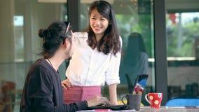 Het jongere Aziatische freelance werken in huisbureau stock footage