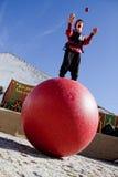 Het jongleren met boven de bal Stock Fotografie