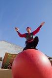 Het jongleren met boven de bal Royalty-vrije Stock Fotografie