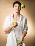 Het jongleren met met appelen stock foto