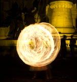 Het jongleren met van de brand en brandwervelingen Royalty-vrije Stock Afbeeldingen