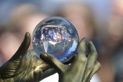 Het jongleren met van de kristallen bol. Royalty-vrije Stock Foto