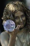 Het jongleren met van de kristallen bol. Stock Foto's