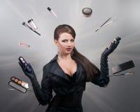 Het jongleren met van de stilist met borstels en make-uphulpmiddelen royalty-vrije stock afbeelding