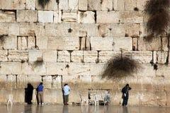 Het Joodse bidden bij de loeiende muur, Westelijke Muur Stock Afbeelding