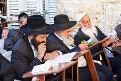 Het Joodse bidden bij de westelijke muur Stock Foto