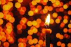 Het kaarslicht in donker, stelt het concept hoop, doel, overtuiging, godsdienst voor royalty-vrije stock afbeeldingen
