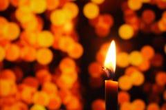 Het kaarslicht in donker, stelt het concept hoop, doel, overtuiging, godsdienst voor royalty-vrije stock foto