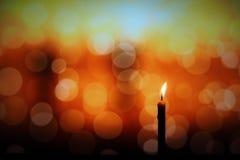 Het kaarslicht in donker, stelt het concept hoop, doel, overtuiging, godsdienst voor royalty-vrije stock afbeelding