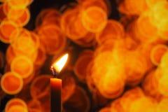 Het kaarslicht in donker, stelt het concept hoop, doel, overtuiging, godsdienst voor stock afbeelding