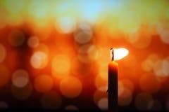 Het kaarslicht in donker, stelt het concept hoop, doel, overtuiging, godsdienst voor royalty-vrije stock fotografie