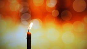 Het kaarslicht in donker, stelt het concept hoop, doel, overtuiging, godsdienst voor stock fotografie