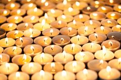 Het kaarslichtviering van de Kerstmiswake Mooi warm oranje g royalty-vrije stock foto's