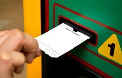 Het kaartje van het tussenvoegsel aan een machine Stock Foto's