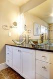 Het kabinet van de badkamersijdelheid met de gootstenen van het glasschip Royalty-vrije Stock Fotografie