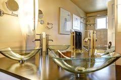Het kabinet van de badkamersijdelheid met de gootstenen van het glasschip Stock Foto's