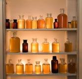 Het kabinet van geneeskundeflessen Stock Fotografie
