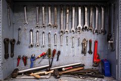 Het kabinet van het reparatiehulpmiddel dat van materiaal voor het industriële werk volledig is royalty-vrije stock afbeeldingen