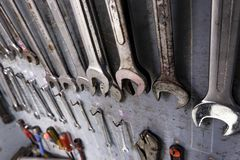 Het kabinet van het reparatiehulpmiddel dat van materiaal voor het industriële werk volledig is stock afbeeldingen