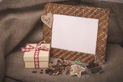 Het kader en de koffiebonen van de Desktopfoto met giftdoos op linnen stock afbeeldingen