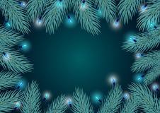 Het kader het van de de achtergrond wintergrens malplaatje met blauwe pijnboomtakjes vertakt zich en feestelijke hangende gloeila Stock Foto's