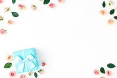 Het kader van blauwe giftdoos en roze rozenvlakte lag Royalty-vrije Stock Afbeelding