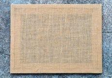 Het kader van de jutetextuur op cementachtergrond stock afbeeldingen
