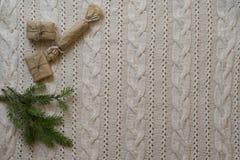 Het kader van de Kerstmisdecoratie met gebreide wolachtergrond bovenkant vi Stock Foto