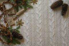 Het kader van de Kerstmisdecoratie met gebreide wolachtergrond bovenkant vi Stock Afbeeldingen