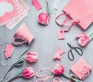 Het kader van het de lentestilleven met pastelkleur roze tulpen, harten, mok, giften, markeringen en schaar, hoogste mening Lay-o Royalty-vrije Stock Fotografie
