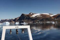Het a-Kader van een onderzoekschip wordt gezien aangezien het rond ijsbergen in een fjord in noordwestengroenland navigeert royalty-vrije stock foto