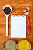 Het kader van het Copyspacevoedsel met blocnotedocument kruiden en kokende toebehoren stock fotografie